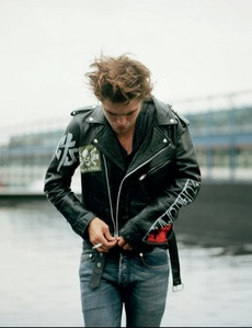 my hottie Hottinson in a leather куртка with zippers<3