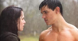 Taylor and Kristen,as Bella and Jacob talking in the rain in a scene from New Moon<3