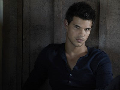 Twilight hottie Taylor Lautner wearing a dark colored shirt<3