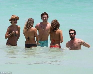 Alex & his Друзья having fun in the ocean