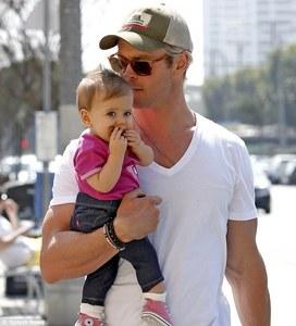 Chris Hemsworth with his daughter,India....awwww,sooooo cute<3