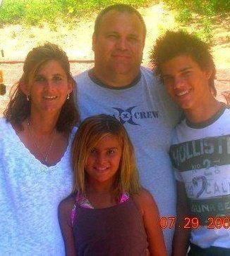 Taylor Lautner with his mom,dad and little sister<3