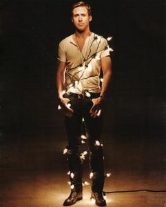 Ryan gänschen, gosling wrapped in Weihnachten lights