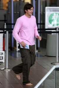 Ashton Kutcher wearing roze in the airport