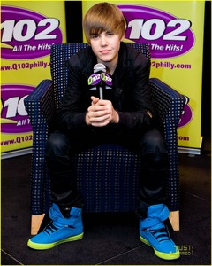 the Biebs montrer his cool blue shoes<3
