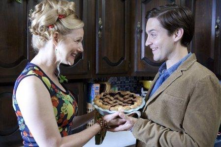Spidey nyota ' Tobey ' holding pie