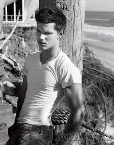 We're just one 일 apart (I'm Feb 10. he's Feb. 11) Taylor Lautner ❤