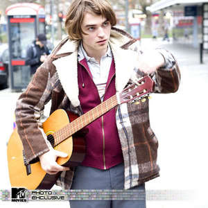 play me a tune,my gorgeous guitarist<3