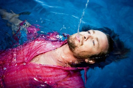 Simon Baker lying in a swimming pool <3