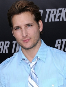 Peter Facinelli looking gorgeous in light blue <3