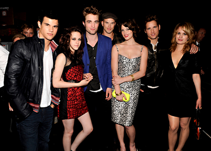 my gorgeous Robert in the middle between Kristen and Ashley<3