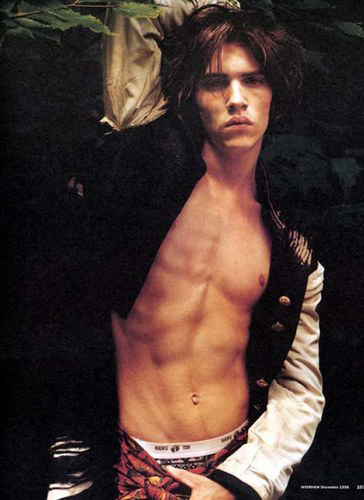 Super young JRM with his рубашка open <3333333333