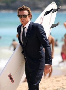 Simon Baker with his surfboard <3