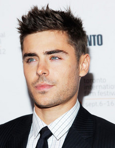 u can see Zac's eyebrows really well in this pic!