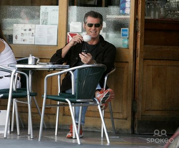 Pierce Brosnan outside of a coffee negozio