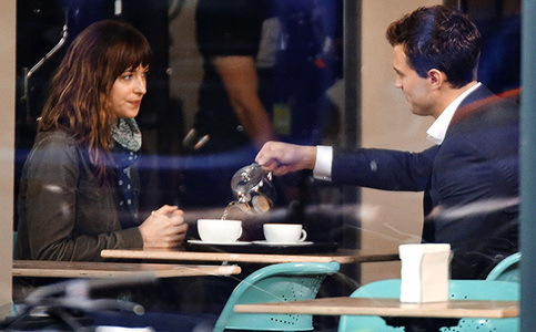 Jamie and Dakota filming their first scene together as Christian and Công chúa Anastasia in Fifty Shades of Grey<3