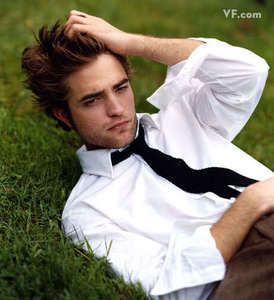 my gorgeous Robert with his hand in his hair,which is a trademark 移動する of his<3