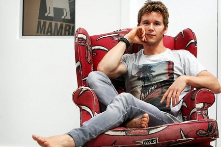 Ryan Kwanten looking comfy :)