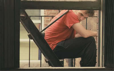 Robert in a scene from Remember Me Von a window<3