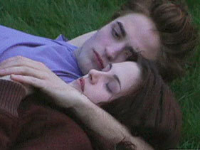 Robert and Kristen in a scene from Twilight lying in the grass<3