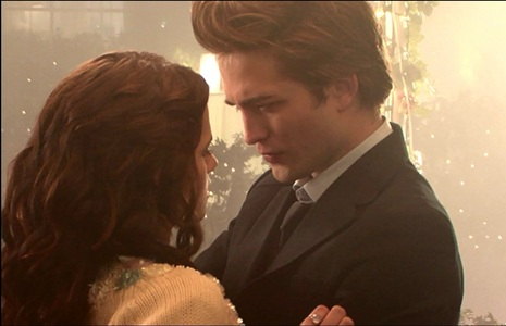 Robert looking at Kristen in a scene from Twilight<3