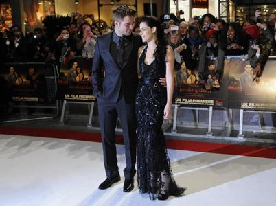 Robert and Kristen at the BD part 1 UK premiere.I love this pic of them<3