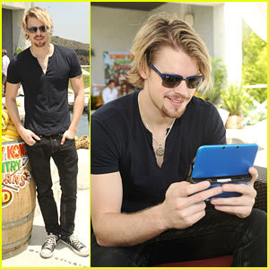 Chord wearing sunglasses <3