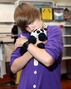 Justin Bieber with কুকুরছানা eyes<3