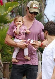 Chris Hemsworth and his daughter,India both wearing purple.Awwww,how cute<3
