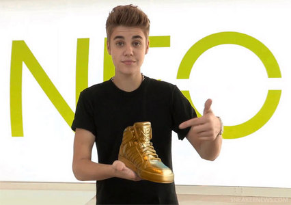 the Biebster mostrare his golden shoe<3