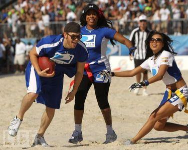 my British hottie isn't very athletic,but his Twilight co-star,Kellan Lutz is.Here is Kellan taking part in the Directv Celebrity пляж, пляжный Bowl<3