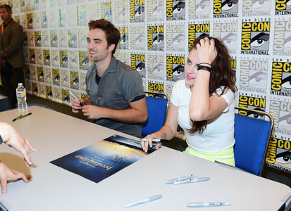 my 2 gorgeous beauties,Robert and Kristen sitting at a 表, テーブル signing autographs at the 2012 Comic Con<3