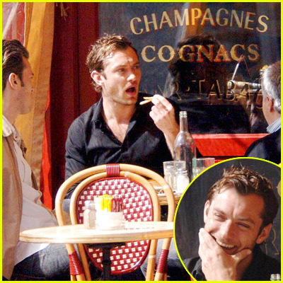 Jude Law sitting at a 表, テーブル eating lunch <3