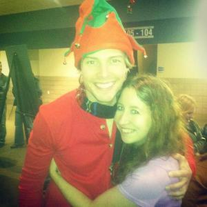 Hunter Parrish dressed in a red elf costume <3