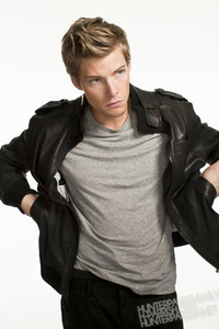 Hunter Parrish looking right <3
