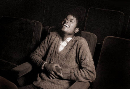 OMG I l'amour that video! So hilarious I can imagine Michael laughing so hard at it xD **Duh nuh, elbow dance!** **Dun nuh, elbow dance!**
