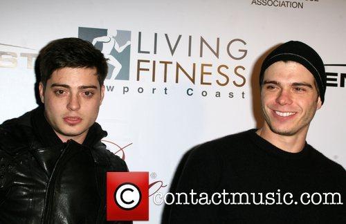 Matthew with his brother, Andy wearing a black áo sơ mi :)