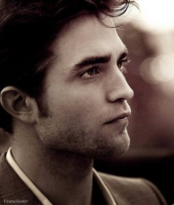 Robert's gorgeous face from the side<3