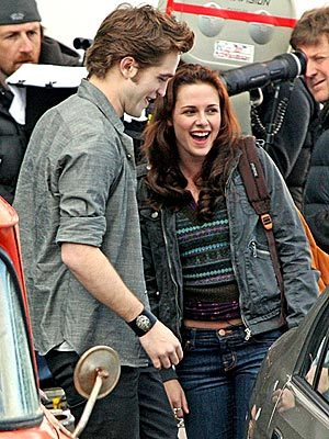 my 2 beauties,Robert and Kristen on the set of New Moon filming a scene,and it was Kristen's birthday that दिन too<3