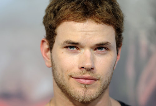 Kellan smiling without tampilkan his dimples<3