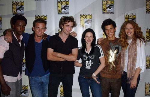 Robert with his Twilight co-stars at their first Comic Con in 2008<3