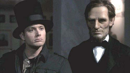"""In honor of his birthday today - Jensen in a scene from the SPN episode """"Fallen Idols"""", borrowing the hat of Abraham लिंकन <3333"""