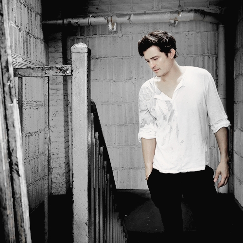 Hot Orlando wearing a loose white shirt. <3