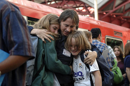 my Bobby hugs his cast-children in '28 Weeks Later'