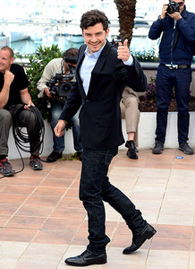 Orlando's lovely thumbs up with a gorgeous smile <3