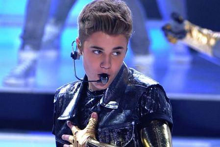 JB singing<3