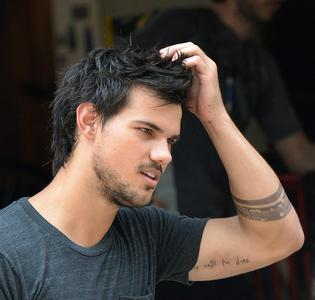 Taylor showing his tatooed arm<3