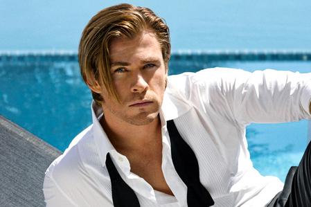 Chris Hemsworth wearing white<3