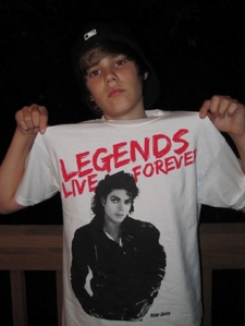 JB wearing a MJ shirt<3