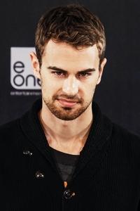 I wanna lick those sexy eyebrows<3